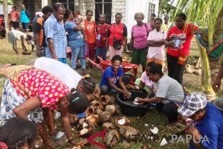 Pemkab Sarmi bantu pengrajin minyak kelapa