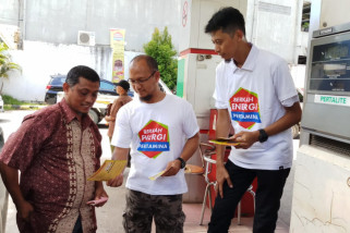Pekerja Pertamina Maluku-Papua sapa pelanggan di SPBU