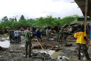 TNI-Polri bantu warga bersihkan material sisa banjir