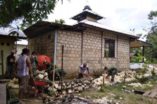 TNI bantu renovasi musala Kampung Wonorejo Keerom