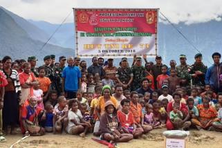 TNI berikan bahan makanan pokok kepada warga Kampung Bulangkop