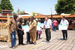BPJS bagikan Kartu Indonesia Sehat kepada 28.986 warga Asmat