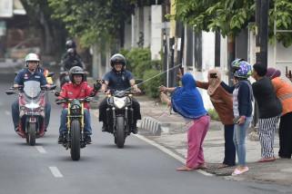Presiden menggunakan motor tinjau pasar