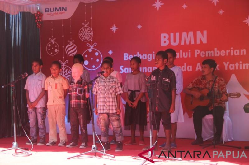 Anak-anak panti asuhan menyanyi