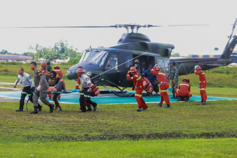 Evakuasi korban selamat dari penyerangan dan pembunuhan oleh KKSB