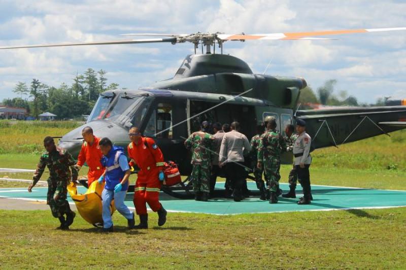 Evakuasi jenazah korban penembakan oleh KKSB
