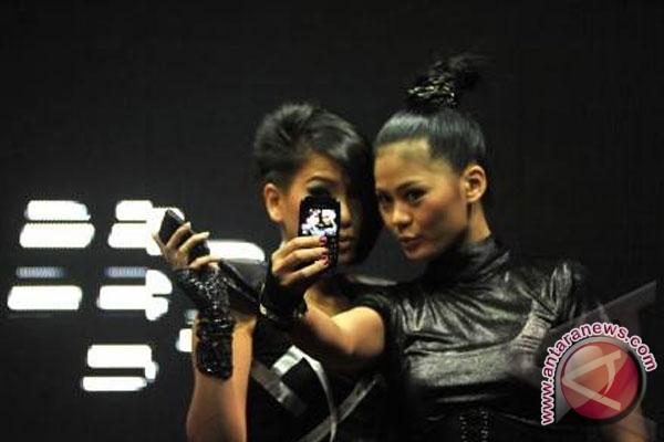 Bergaya dengan Blackberry (ANTARA/Paramayuda)