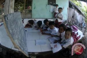 Anak-anak Korban Gempa Di Lindu Belajar Ditenda