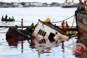Penumpang Kapal Fery Menunggu Tim Evakuasi