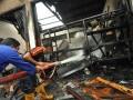 Petugas pemadam kebakaran memadamkan sisa api dalam kebakaran yang terjadi di Kantor Dinas Pekerjaan Umum, Energi dan Sumber Daya Mineral Sulawesi Tengah, Rabu (18/7). (FOTO ANTARA Sulteng/Mohamad Hamzah).