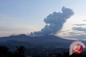 Teknisi Jepang Pasang Peralatan Seismik Gunung Lokon