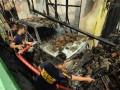Petugas pemadam kebakaran Kota Palu memadamkan sisa api yang menghanguskan rumah dan kos - kosan di Palu, Sulawesi Tengah, Rabu (5/12). (FOTO ANTARA Sulteng/Mohamad Hamzah).