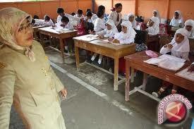 Guru harus sabar mengajar di kampung laut