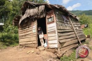 Pemkab membantu membangun rumah tidak layak huni