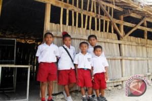 "SD Wirabuana Di Mamuju Utara Belajar Di ""Gubuk"""