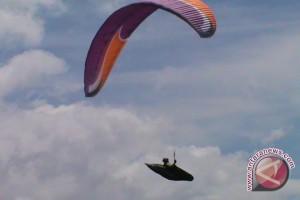 Atlet Paralayang Kunjungi Pantai Tanjung Karang