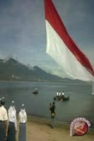Gubernur Pimpin Pengibaran Bendera Dari Dalam Teluk
