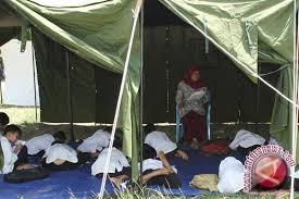 Siswa SMK Amelia Palu Belajar Di Tenda Darurat