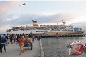 Sejumlah pemudik menaiki KM Dorolonda yang akan berlayar ke Balikpapan dan Surabaya di Pelabuhan Pantoloan Palu, Sulawesi Tengah.