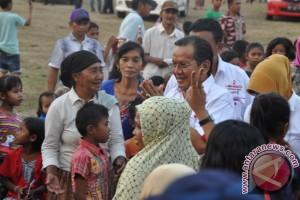 Gubernur Sulteng Bagi Takjil Di Jalan Raya
