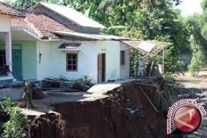 Puluhan Rumah  Bantaran Sungai Laoswani Terancam Ambruk