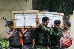 Peti Jenazah Korban Kecelakaan Helikopter Poso