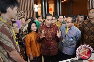 Presiden Jokowi habiskan akhir pekan belanja buku di Senayan City