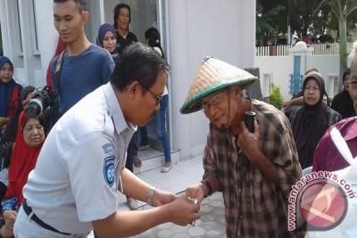 PT Jasa Raharja Sulteng  Bagikan Paket Sembako Murah