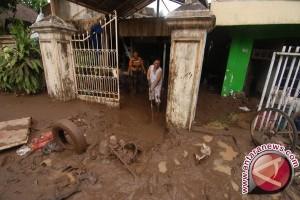 Korban Banjir Tolitoli Bersihkan Permukiman Dari Lumpur