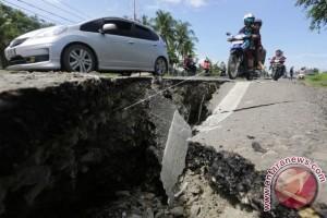 Tanah Retak Keluarkan Lumpur Bau Belerang Di Poso