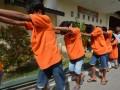 Sejumlah pelaku kejahatan jalanan digiring oleh petugas menuju tahanan usai ditunjukkan kepada wartawan pada gelar kasus di Mapolda Sulawesi Tengah di Palu, Selasa (10/1). Tim Khusus Anti Bandit (TKAB) Polda Sulawesi Tengah berhasil menangkap 10 pelaku kejahatan jalanan yang diantaranya adalah anak di bawah umur yang semuanya mengonsumsi narkoba. ANTARA FOTO/Basri Marzuki.