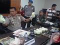 Wakapolda Sulteng Kombes Pol M. Aris Purnomo  memperlihatkan barang bukti narkoba sebanyak 4,5 kg kepada wartawan di Palu, Selasa (24/1) petang. (ist)