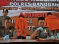 Kapolres Banggai AKBP Benni Baehaki Rustandi (kanan) didampingi Kabag Ops Komisaris Pol Margianta, memberikan keterangan pers di Luwuk, Jumat (31/3) soal pembunuhan berencana pasangan suami-istri yang sudah lansia Frans Paliling (78) dan istrinya Roswita D Lele (72) yang dilakukan Andarias Paliling (47) dan KK (16), anak dan cucu korban sendiri. Pembunuhan dipicu sengketa soal warisan bernilai Rp12 miliar. (Foto: Antarasulteng.com/Fiqman Sunandar)