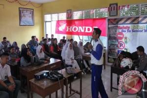 Anugerah Perdana-Komunitas Mosikola Kunjungi Sekolah Terpencil