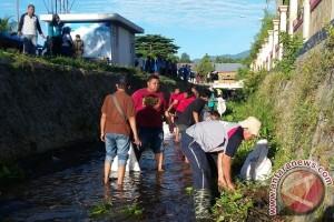 Ratusan Orang Bersihkan Sungai Toraranga Parigi