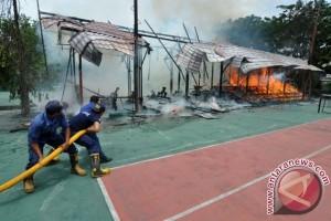Tribun lapangan tenis KONI Sulteng ludes terbakar