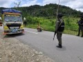 PERPANJANG OPERASI TINOMBALA - Sejumlah personil Brimob Polda Lampung yang tergabung dalam Satgas Operasi Tinombala 2017 berjaga di Pos Pengamanan di Desa Sedoa, Kecamatan Lore Utara, Kabupaten Poso, Sulawesi Tengah, Minggu (2/4). Operasi Tinombala di Poso yang berakhir 3 April 2017 diperpanjang hingga 3 Juli 2017 untuk memburu sisa DPO teroris jaringan Poso yang kini berjumlah sembilan orang. ANTARASulteng/Mohamad Hamzah.