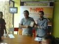 OJK TERIMA BUKU - Kepala Otoritas Jasa Keuangan Provinsi Sulawesi Tengah Syukri A Yunus (kiri) menerima buku