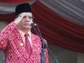 INSPEKTUR UPACARA HUT SULTENG - Gubernur Sulawesi Tengah Longki Djanggola saat menjadi inspektur upacara pada peringatan HUT Sulteng ke - 53, Kamis (13/4). Dalam upacara ini gubernur tanpa didampingi Wakil Gubernur. (FOTO:HUMASSULTENG)