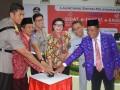 Gubernur Sulteng Longki Djanggola dan Wakil Ketua KPK Basaria Panjaitan pada peluncuran sistem layanan 'online' Pemprov Sulteng di Palu, Kamis. Tiga sistem pelayanan dalam jaringan itu masing-masing e-SiiDAT, e-SAMSAT, dan e-KALEDP'S(Foto:humassulteng)