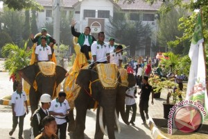 Menag Tunggangi Gajah Buka Pionir VIII