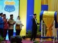 Presiden RI Joko Widodo (kanan) disaksikan Menteri PMK Puan Mahrani (keempat dari kiri), Menristek Dikti MUhammad Nasir (ketiga dari kiri), Gubernur Sulteng Longki Djanggola (kedua dari kiri) dan Ketua Uumum PB PMII Aminuddin ma'ruf (kiri) memukul bedug menandai pembukaan Kongres ke-19 Pergerakan Mahasiswa Islam Indonesia (PMII) di Palu, Sulawesi Tengah, Selasa (16/5). Presiden berpesan kepada seluruh kader PMII agar menjadi bagian dalam menjaga dan merawat keutuhan bangsa dan negara dan mengarahkan energinya untuk gagasan ekonomi untuk kesejahteraan masyarakat. (Foto: Antarasulteng.com/Basri Marzuki/17)