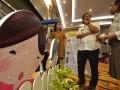 Asisten Bidang Pemerintah Pemprov Sulteng Arief Latjuba (tengah) mendengarkan penjelasan tentang Festival Praktik Cerdas yang digelar Wahana Visi Indonesia (WVI) di Palu, Sulawesi Tengah, Rabu (17/5). WVI menampilkan 33 komunitas masyarakat di Sulawesi Tengah yang dinilai berhasil memecahkan masalah-masalah yang ada di komunitasnya dengan praktik-praktik cerdas untuk ditiru oleh komunitas masyarakat lainnya. (Foto: Antarasulteng.com/Basri Marzuki/17)
