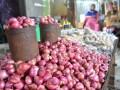 Komoditi bawang merah di pasaran menjelang bulan puasa mengalami penurunan harga. Sebelumnya harga bawang merah Rp30 hingga Rp35 ribu/kg, pada Rabu (17/5) siang harganya berada di kisaran Rp20 ribu/kg. (FOTO: Antarasulteng/Ridwan/A055)