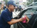 Wali Kota Palu, Hidayat membagi-bagikan tong sampah di jalan raya kepada pengguna mobil di bilangan Jalan Raden Saleh Palu, Kamis sore, untuk mendukung Gerakan Gali Gasa. Wali Kota berharap gerakan ini dapat membangkitkan kesadaran kolektif masyarakat Palu dalam hidup sehat dan terbebas dari sampah.(FOTO:IST)