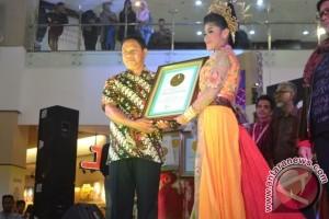 Gaun Batik Bomba Pecahkan Rekor Dunia