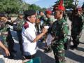 Gubernur Sulawesi Tengah, Longki Djanggola (kiri) menyerahkan piagam penghargaan kepada prajurit TNI yang tergabung dalam Satuan Tugas Tinombala VI dalam Apel Purna Tugas sebelum diberangkatkan untuk kembali ke satuan masing-masing di Pelabuhan Feri Taipa, Palu, Sulawesi Tengah, Jumat (9/6).Dalam kesempatan tersebut, Gubernur Sulawesi Tengah menyampaikan rasa terima kasih kepada prajurit TNI yang telah menyelesaikan tugas di Poso dan berharap terorisme di Poso dapat segera terselesaikan.ANTARASulteng/Mohamad Hamzah/17.