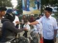 Ketua DPD Partai Gerinda Sulawesi Tengah Drs H Longki Djanggola, MSi Minggu petang membagi-bagikan penganan berbuka puasa (takjil) kepada warga yang melintas di Jalan karanjalemba-Towua, Kecamatan Palu Selatan. Sepekan sebelumnya, Gerindra Sulteng juga membagibagikan takjil kepada warga di Pantai Talise, Kota Palu. (Foto: Antarasulteng.com/Djafar GB)