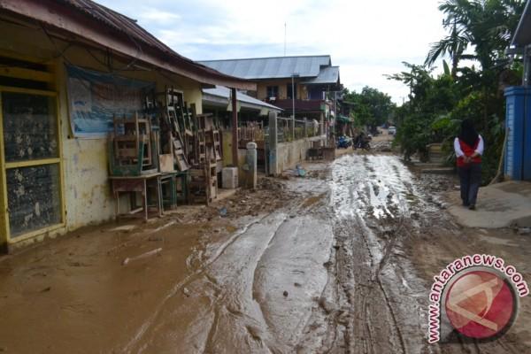 Warga Tolitoli Keruk Lumpur Bersihkan Permukiman Pascabanjir