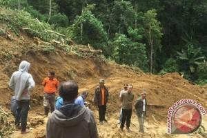 Jalan poros Poso-Napu putus akibat longsor